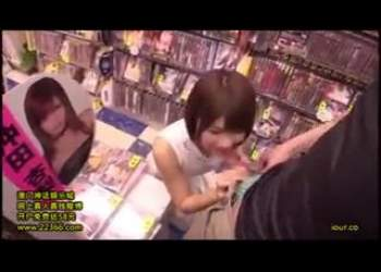 ショートカットヘア美少女の伊東ちなみちゃんがアダルトショップで自分のAVを見てるお客さんにエッチなことしてあげる素人企画モノ
