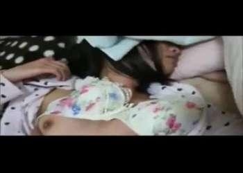 ガチで眠るJC風のロリ娘を夜這いレイプしその様子を素人個人撮影してる感じの昏睡レイプがヤバイやつ