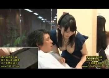 おっぱい丸出し巨乳美容師のお姉さんがパイズリ性的サービスご奉仕までしてくれるという最高の美容院散髪屋さん