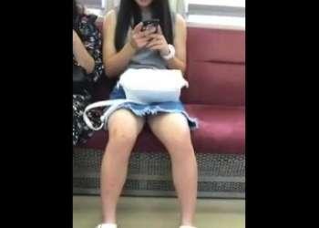 【盗撮】マジで無防備すぎる真正面に座ったデニムスカート黒髪ロングヘア素人女子のパンチラスマホ撮り個人撮影で隠し撮り
