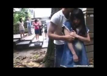 【ロリレイプ】JS風な幼い小柄少女を物陰に拉致って友達がいるすぐそばでレイプしまくり恐怖でお漏らし鬼畜ロリコンレイプ