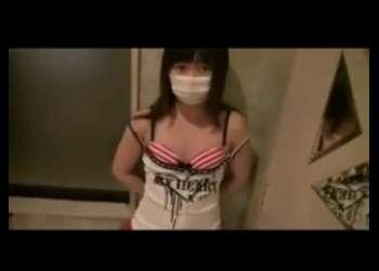 貧乳ロリJC風子供服姿でマスク着けたロリ縞パンツ少女が若干嫌そうに援交ハメ撮りをしてる素人個人撮影