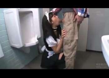 美少女メイドコスプレイヤーがトイレでイラマチオされて感じちゃう激かわニーハイプリケツドM性奴隷