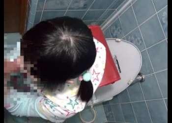 ランドセル背負ったJSみたいなマジロリガチロリっ子をトイレに連れ込み手コキフェラ抜き教え込んでるめちゃド変態調教シーン