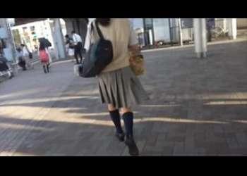 JKの後ろをストーキングしてスカートめくり盗撮する素人個人撮影