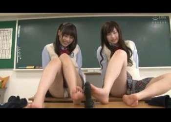 【七海ゆあ×早川瑞希】めっちゃかわいい笑顔の美少女JKたちがパンチラしながらディルド足コキに挑戦中!