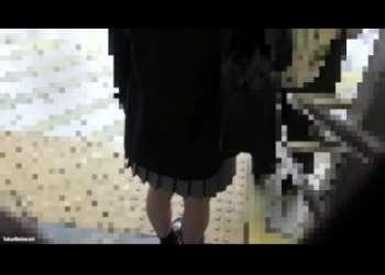 【痴漢レイプ】細い足でかわいい清楚系素人JKちゃんに襲いかかる様子を記録したJKレイプ手マン個人撮影中