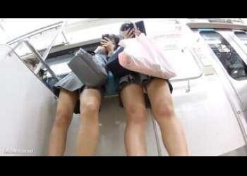 【盗撮】電車内で2人組のJKがスマホいじってる姿をスカート隠し撮り逆さ撮りパンチラ狙ってロリ盗撮