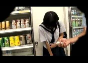 コンビニ店内で遠隔ロータープレイをするショートカットヘアJK、湊莉久ちゃん