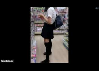 【盗撮】素人JKパンチラ狙ってニーハイ美少女JKに接近しスマホ撮りした個人撮影激レア映像お宝映像隠し撮りスカートめくり!