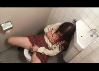 【盗撮】トイレでパンツ脱いで大量潮吹きオナニーしてるド変態痴女JK発見