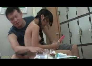 【盗撮レイプ】お父さんと一緒に銭湯で男湯にやってきたJS風の貧乳小柄パイパン女子を父親が見てないすきに犯す鬼畜ロリコン野郎!