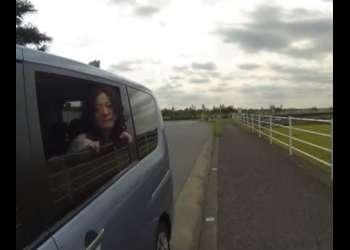 ♥「誰か来ちゃうよ…♥」露出狂の屋外調教☆車の窓全開で身を乗り出しておマンコに挿入される人妻♥