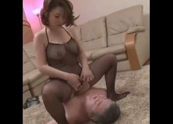 !網タイツおばちゃんの顔面騎乗位でおマンコ舐め舐めさせられる親父…!ちんぽシコシコ射精…