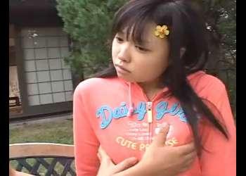 ♥庭で幼女を犯す童貞ちんぽ…ちっぱいを覆い隠すスポブラを脱がしてピンク乳首が勃起しちゃうと精子をぶっかけちゃった♥