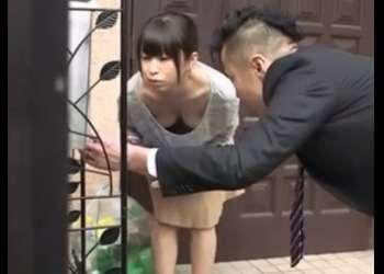 ♡「えっノーブラ…?♡」人妻が胸チラで誘惑…家に押し入ってレイプしちゃう鬼畜男「奥さん欲しいんでしょ…♡」