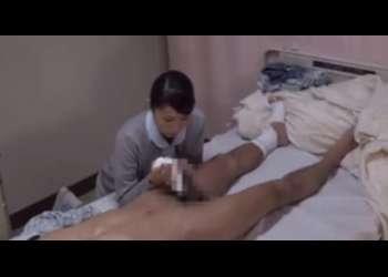 ♥夜中に入院患者のお世話をする看護師…我慢汁が出てる勃起チンポを拭いてると欲情して精子が欲しくなっちゃう