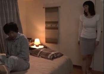 ♥50代の母の親友に搾り取られる精子「母さんに聞こえちゃうよ…大丈夫寝ちゃたよ♥」チンポ日照り熟女