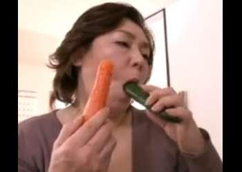♥還暦おばあさんの野菜オナニー「人参ときゅうりでもいいわ♥…おマンコが疼いちゃうの」慰める閉経おマンコ