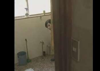♡山小屋の無防備トイレ「えっ…誰かきちゃった…?♡」放尿中で動けない人妻にチンポを挿入したら性獣まんこでイキ狂うちゃう♡