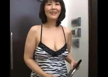 ♥「こんにちは回覧板です♥」ノーブラ五十路奥様が玄関で胸ちら・パンチラで僕を誘惑しちゃう