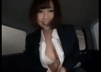 ♥この車カーセックスできるんですよ♥私とSEXしてみましょうね♥枕営業で実演しちゃう痴女巨乳の販売員のご奉仕