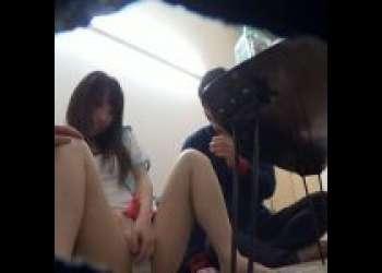《女子大生/盗撮/パンチラ》女子大生を部屋に連れ込み口説く様子を盗撮。徐々に酔いも回ってパンチラ姿をさらしだす。