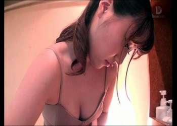 《わぁ、すっごい…勃っちゃいましたね…?》可愛い美容師さんが、シャンプー台の上で悩殺フェラ接客!!