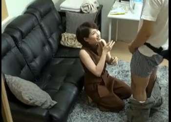 《奥田咲》巨乳美女の前でチ〇ポはフル勃起!お姉さんは我慢出来ずにしゃぶり始めると…