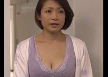 《友田真希》湯気立つ密室の風呂場で淫らに中年男と女がカラダを絡めあい感じまくる寝取られ妻…