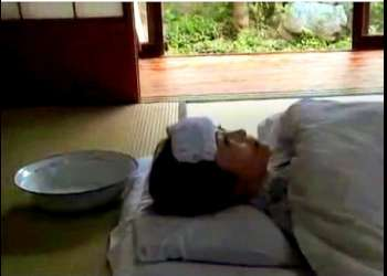 【ヘンリー塚本】これはやばい高熱で寝込んでいるボイン妻!好色なデカチン親父がもう我慢できません!