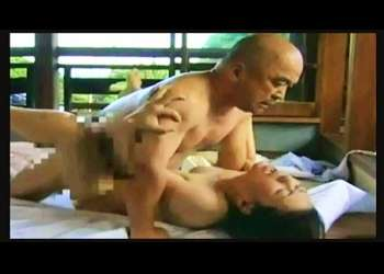 【ヘンリー塚本】懐かしい故郷の昭和!近所のおっさんとセックスしてた奥さまは、息子たちに覗かれていた。