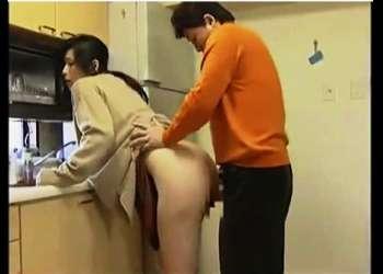 【ヘンリー塚本】見るからに好き者の妻!台所で義弟と立ちバック!