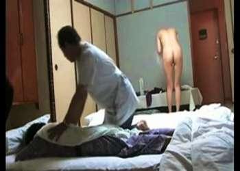【人妻】これはやばい温泉旅館!あんまが旦那をマッサージしてるのに裸でうろつく淫乱嫁です。