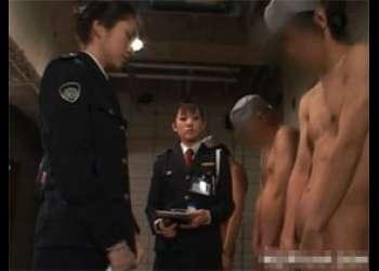 「勃起させろ」勃起時の長さを計測する為にセンズリさせる看守レディ