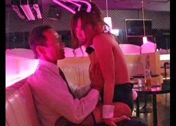 《媚薬痴漢》おっパブの巨乳セクキャバ嬢に媚薬タブレット投与で性欲爆上げ!本能のままキメセク騎乗位でアクメしてぐったり!