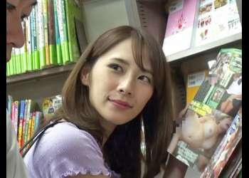 【人妻 逆レイプ】「これ見ながらパンツ見てたでしょ♡」書店内で美人人妻が誘惑新品チンポ狩り!童貞学生を店内でこっそり挿入!