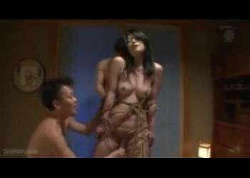 緊縛されたドMパイパン熟女がパイパンマンコをほじられ潮吹き!お口に2本のチンコをねじ込まれる