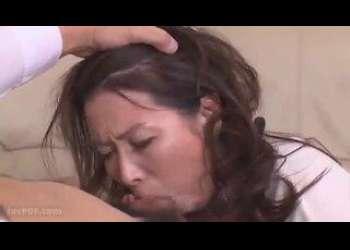 チンコを喉奥まで突っ込まれながらも大興奮のドM熟女!ザーメンを舌上で受け止めお掃除
