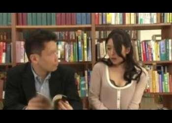欲求不満な短いス車ト奥様が図書館で発情!自分のあそこから滴る知らない男の精液を舐める淫乱ぶりww
