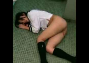 【強姦】閲覧注意!公衆トイレでJKを襲うドSな男!処女喪失のうえに生イキまでされ絶望に打ちひしがれるセーラー服美ロリ…。