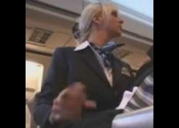 飛行機内でわざと勃起させたチ○ポ露出して金髪美女CAに見せつけてたら…他の乗客に内緒でコッソリ抜いてくれちゃった!?