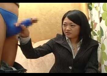 素人娘が赤面手コキ!スーツを着たむちむちお姉さん♥先っぽフェラで口内発射!ザーメンお口で受け止めてくれた