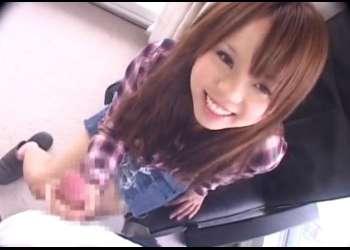 素人娘のセンズリ鑑賞!かわいい18歳の女の子に手コキまでしてもらって添えた手にザーメン発射でブっかける!!