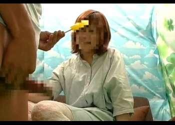 目の前で射精されて「がんばったね♡」センズリしている真横でチ○ポ飴をしゃぶらされる22歳の女子大生さん!