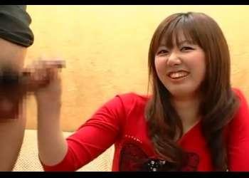 赤面手コキでザーメン発射!かわいい素人娘がうぶ反応♡射精するチ○ポに思わず顔をそむけて手コキ処理!!