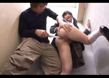 女子高生に公衆トイレで容赦なく二穴にブッ込む!!
