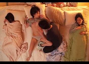再婚相手の連れ子の美少女姉妹と母の寝ている横で声を押し殺して3Pセックス!