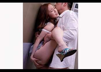 イケない事だと思えば思うほど感じてしまう!故障したエレベーターで体を許した美女がSEXの虜に! 波多野結衣