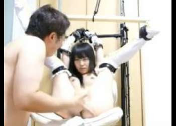 マングリ拘束されたコスプレ美少女が丸出しのマンコを執拗に手マンされるwww